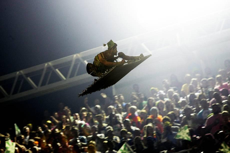 Aeromodelo com boneco do personagem Aladim sobrevoa o Sambódromo da Marquês de Sapucaí, durante desfile da Mocidade Independente de Padre Miguel - 28/02/2017