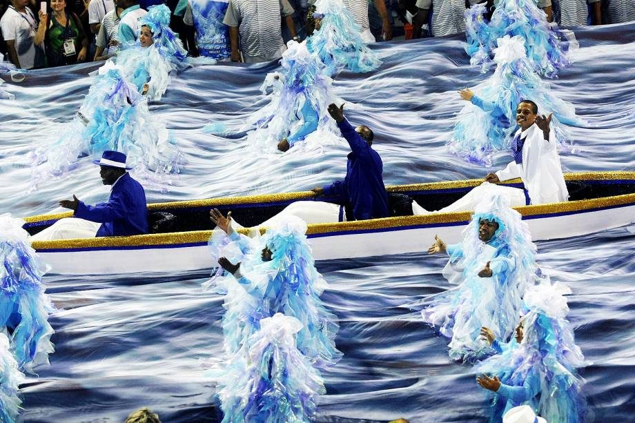 Com o enredo 'Quem nunca sentiu o corpo arrepiar ao ver esse rio passar', a escola de samba Portela desfila no Sambódromo da Marquês de Sapucaí, no Rio de Janeiro (RJ) - 28/02/2017