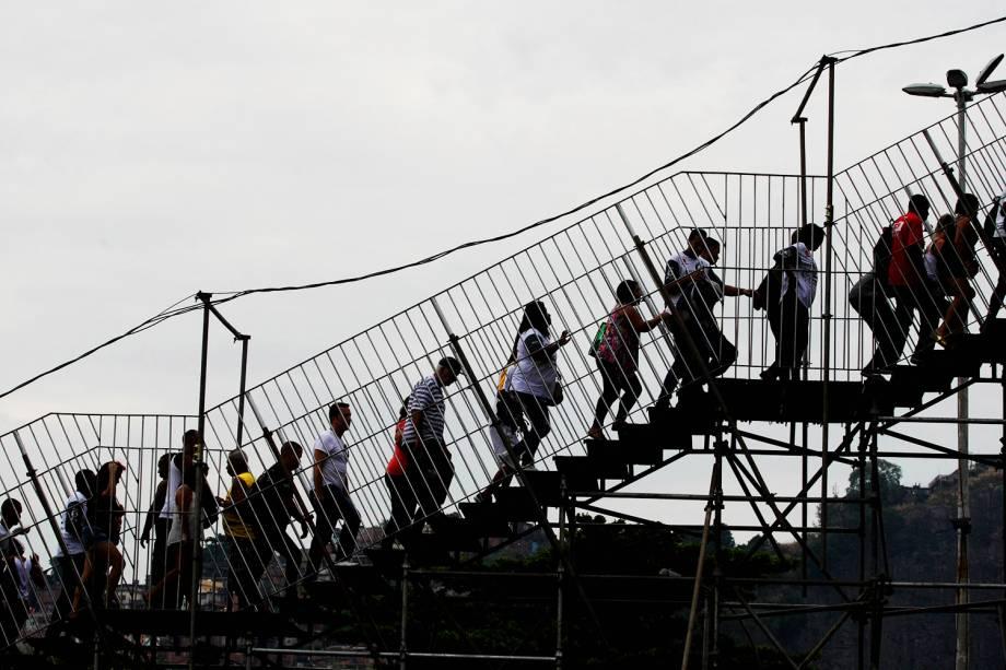 Público começa a chegar no Sambódromo da Marquês de Sapucaí, para a primeira noite dos desfiles das escolas de samba do Grupo Especial - 26/02/2017