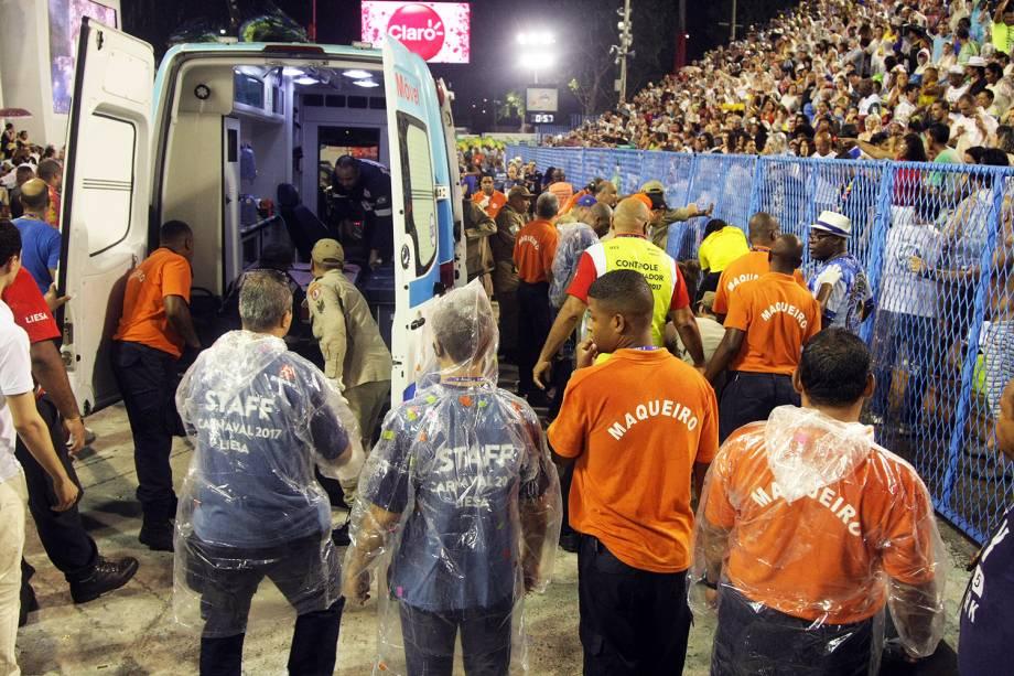 Ao menos quatro pessoas ficam feridas em acidente com carro alegórico da Paraíso do Tuiuti, durante desfile no Sambódromo da Marquês de Sapucaí, no Rio de Janeiro (RJ) - 26/02/2017