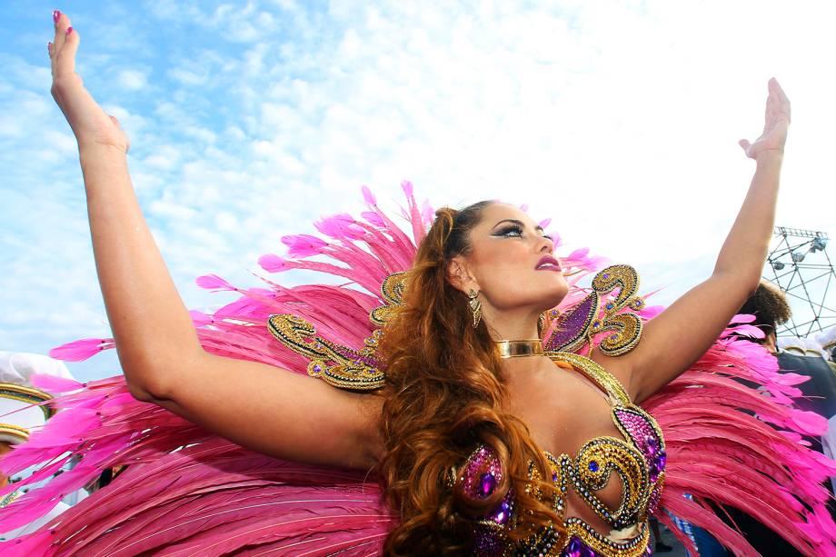A rainha de bateria da Rosas de Ouro, Ellen Roche, durante o segundo dia dos desfiles das escolas de samba, no Sambódromo do Anhembi, em São Paulo (SP) - 26/02/2017
