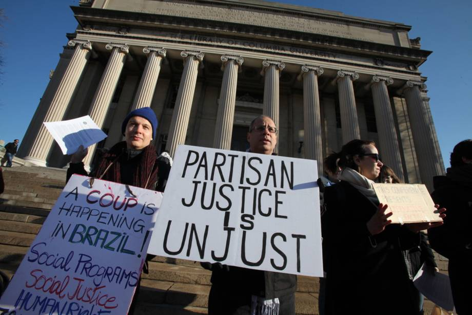 Manifestantes protestam contra o juiz Sérgio Moro na Universidade Columbia, em Nova York