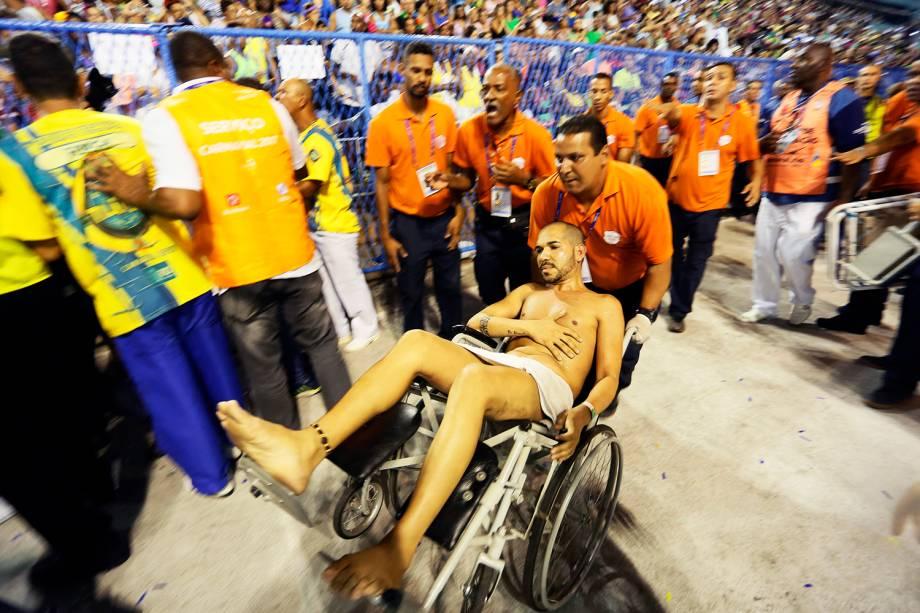 Ferido é transportado em cadeira de rodas após estrutura de carro alegórico despencar, no início do desfile da Unidos da Tijuca - 28/02/2017