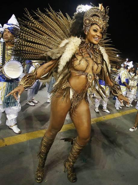 A rainha de bateria da Vai-Vai, Camila Silva, durante o segundo dia dos desfiles das escolas de samba, no Sambódromo do Anhembi, em São Paulo (SP) - 26/02/2017