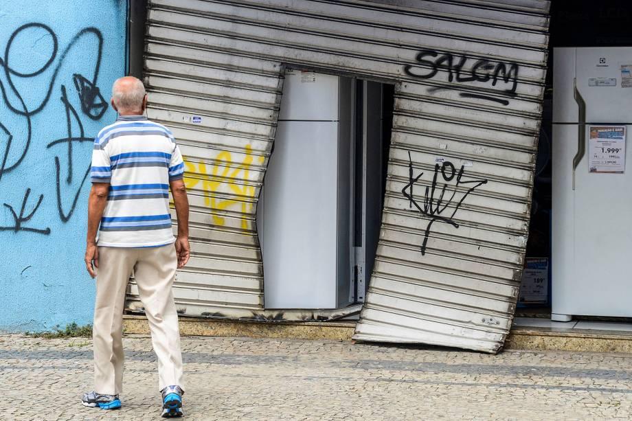 Violência no Espírito Santo - Loja das Casas Bahia que foi arrombada e assaltada na noite de domingo (05/02)