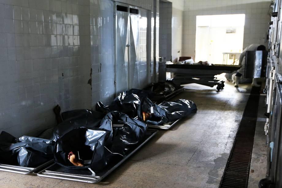 Funerárias retiram corpos do IML de Vitória após greve da Polícia Militar - As ruas do Espírito Santo seguem praticamente sem policiamento, com um movimento de familiares de policiais militares bloqueando a saída de viaturas - 07/02/2017