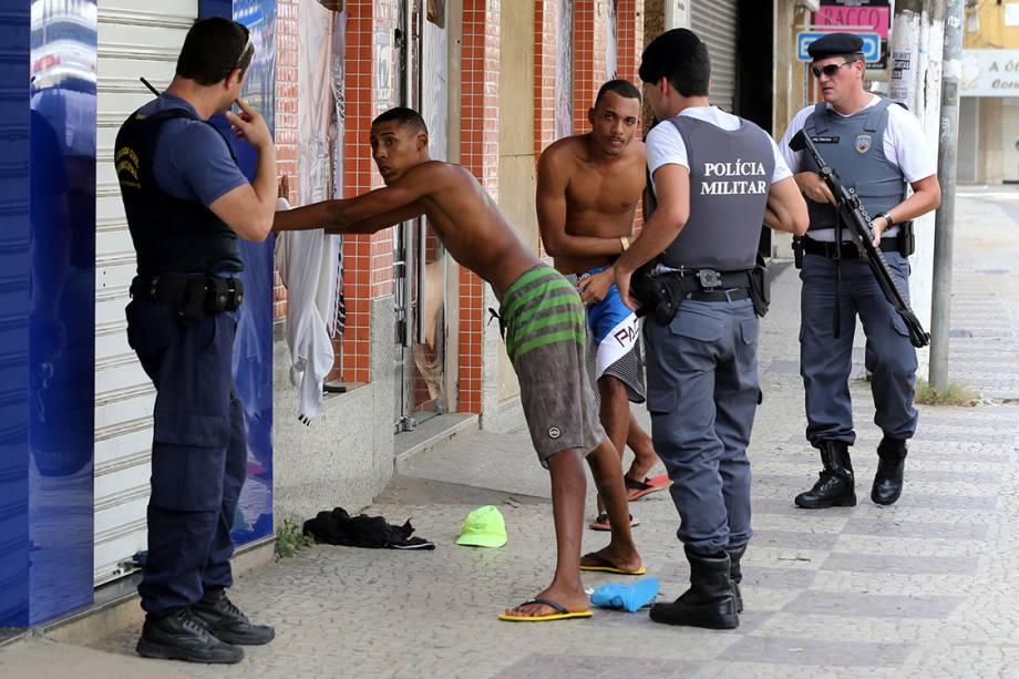 Policiais abordam homens durante onda de violência em Vitória, Espírito Santo