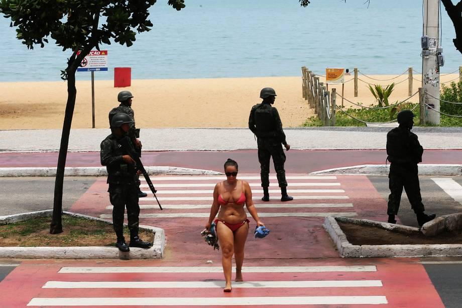 Soldados do Exército patrulham praia em Vila Velha (ES). Crise na segurança pública do Espírito Santo levou caos ao estado e à capital Vitória, com a greve da Polícia Militar - 08/02/2017