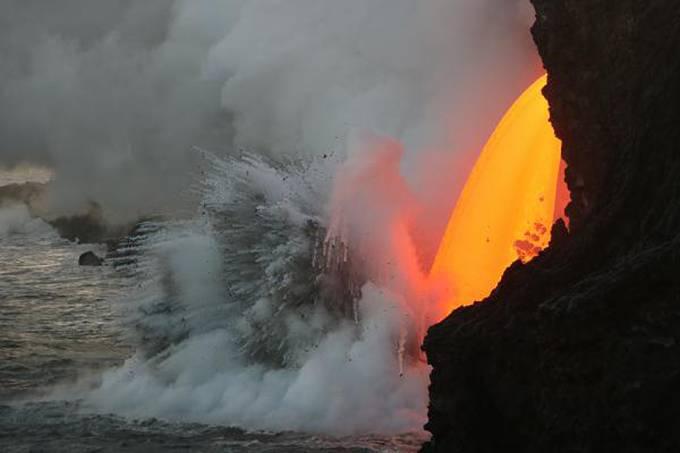 Vulcão expele lava em formato de cachoeira no Havaí
