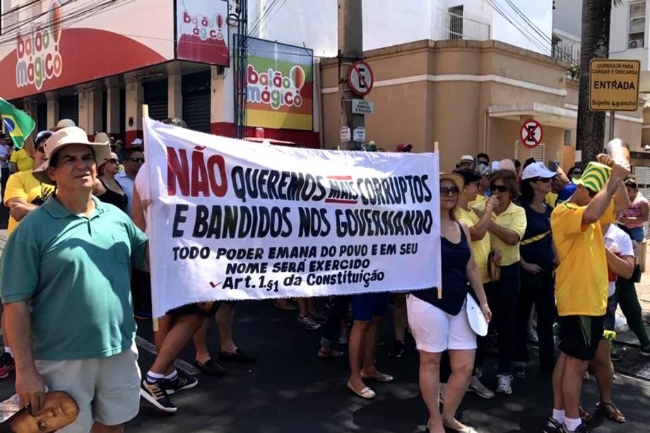"""Protesto organizado pelos movimentos sociais """"Vem Pra Rua"""" e MBL acontece em São José do Rio Preto, SP - 26/03/2017"""