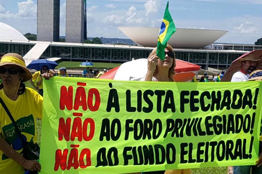 Manifestantes seguram faixa durante protesto no Palácio do Planalto em Brasília - 26/03/2017