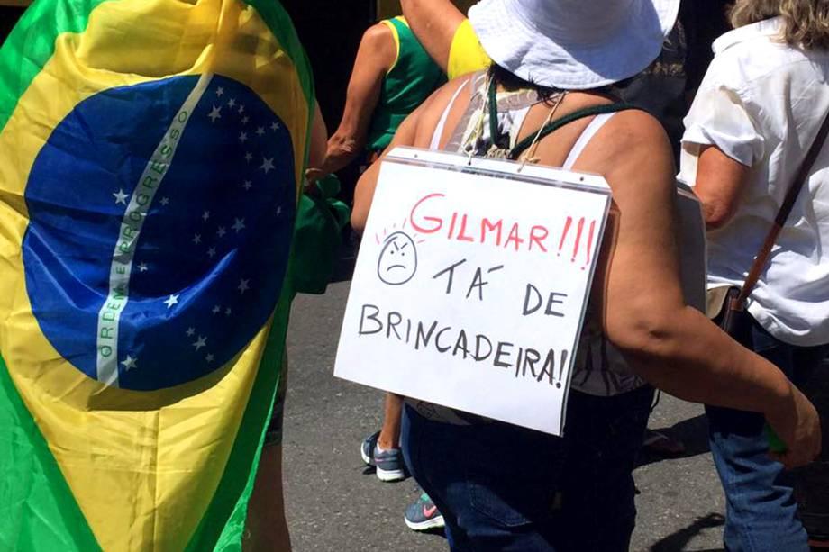 """Manifestante pendura cartaz no pescoço durante protesto no Rio de Janeiro contra o foro privilegiado, anistia aos crimes de caixa 2 e em apoio a """"Operação Lava-Jato"""" - 26/03/2017"""