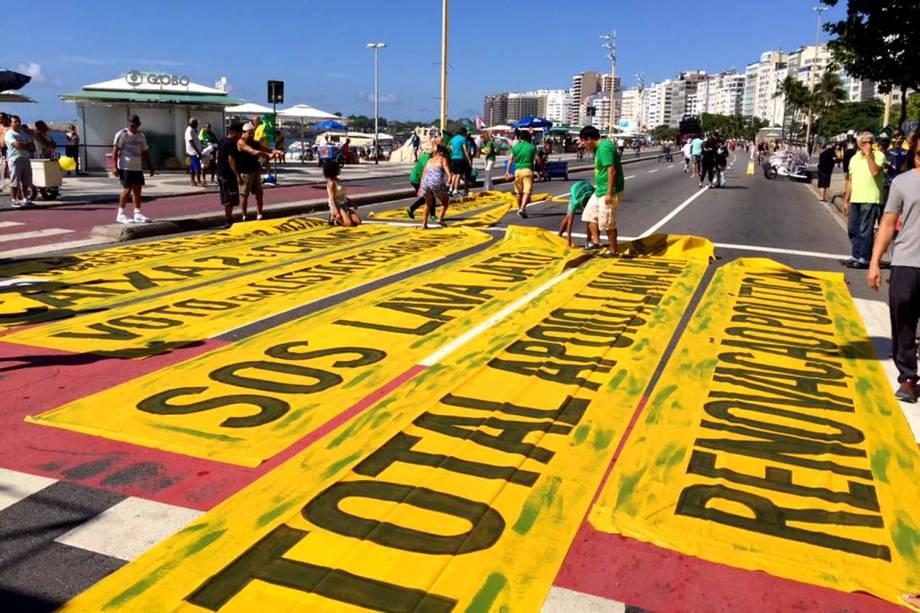 """Manifestantes espalham faixas nas ruas do Rio de Janeiro em protesto organizado pelos grupos """"Vem Pra Rua"""" e MBL - 26/03/2017"""