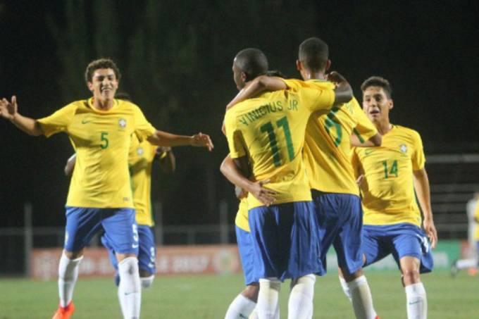 Seleção brasileira sub-17 comemora vitória contra a seleção peruana