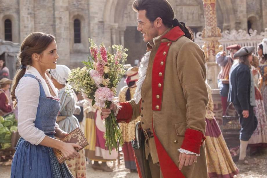 Emma Watson e Luke Evans em cena do filme 'A Bela e a Fera'