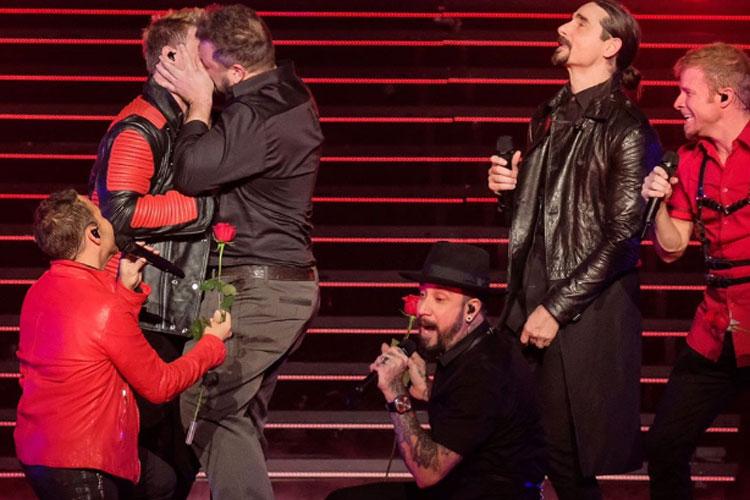 Nick Carter, do Backstreet Boys, e Joey Fatone, do N'Sync., simulam beijão em show em Las Vegas