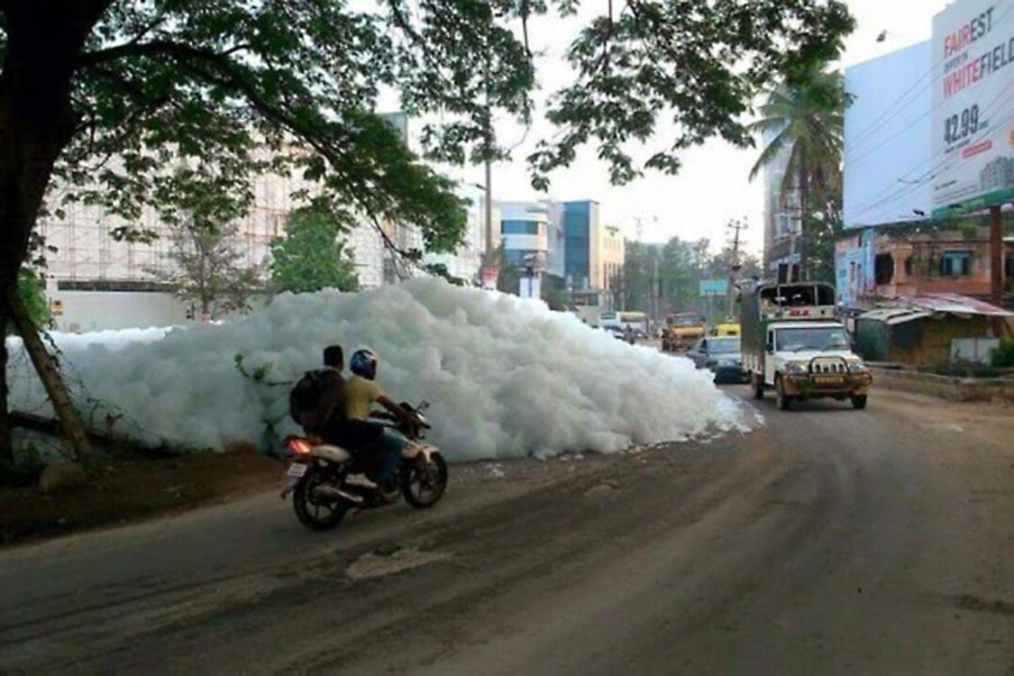 Espuma do lago Bellandur invade as ruas de Bangalore, em 2015