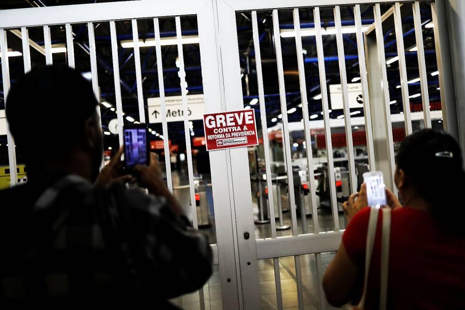 Passageiros tiram foto de portão fechado em estação de metrô de São Paulo durante protesto contra a reforma da Previdência. - 15/03/2017