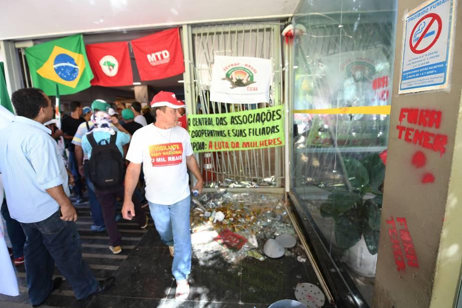 Manifestantes bloqueiam a entrada no Ministério das Finanças em Brasília, em protesto contra a reforma da Previdência proposta pelo governo Michel Temer - 15/03/2017