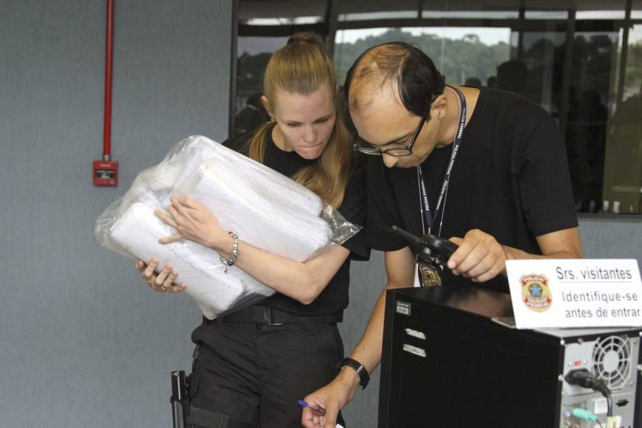 Movimentação de policiais na sede da Polícia Federal em Curitiba (PR) com a chegada de documentos apreendidos pela Operação Carne Fraca