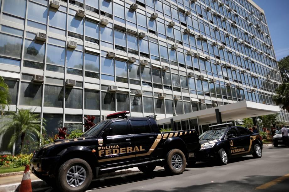 Veículos da Polícia Federal são vistos em frente ao Ministério da Agricultura durante a Operação Carne Fraca em Brasília (DF)