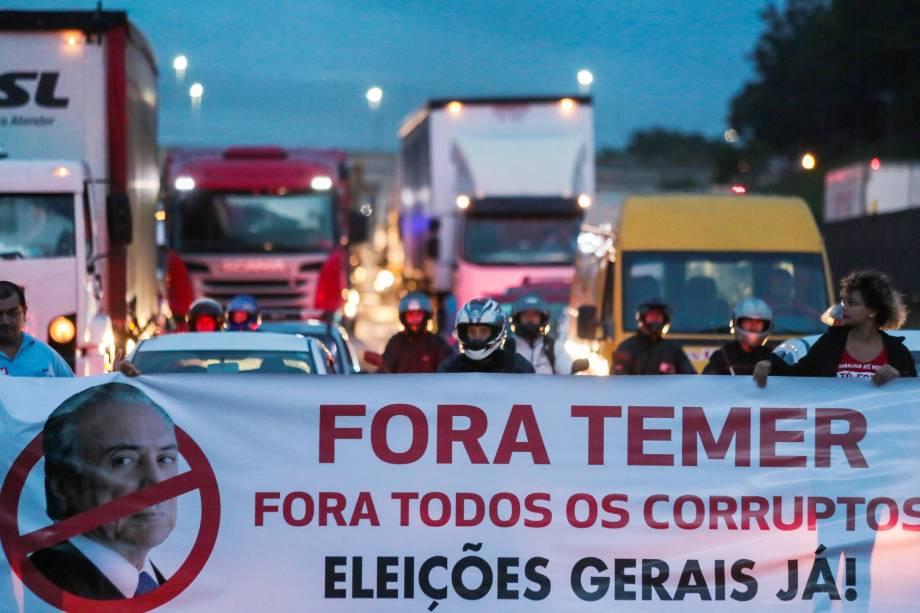 Movimentos sociais bloqueiam a via Presidente Dutra em São José dos Campos, no estado de São Paulo, em protesto contra a reforma da previdência proposta pelo governo Michel Temer - 15/03/2017