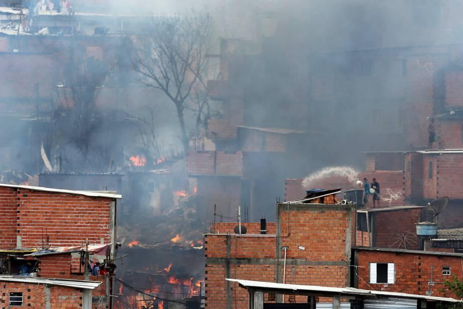 Incêndio de grandes proporções atinge a comunidade de Paraisópolis, em São Paulo - 01/03/2017