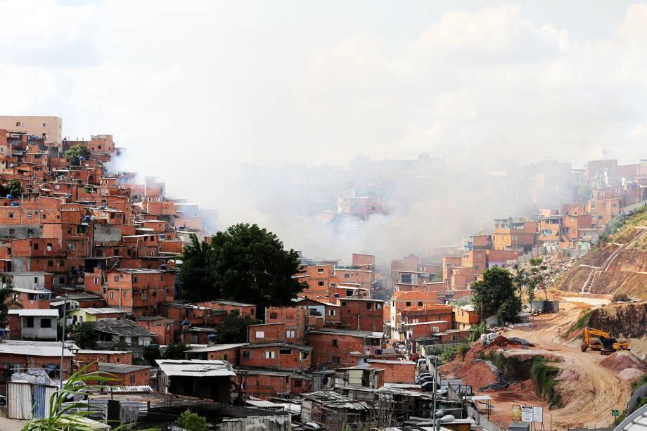 Fumaça é vista na comunidade de Paraisópolis, em São Paulo (SP) - 01/03/2017
