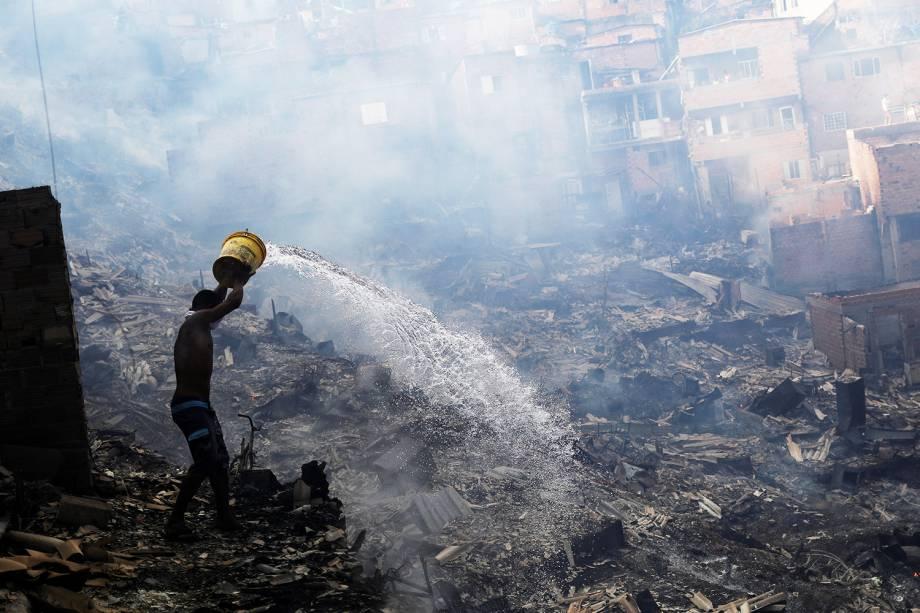 Moradores apagam incêndio com baldes na comunidade de Paraisópolis, em São Paulo (SP) - 01/03/2017