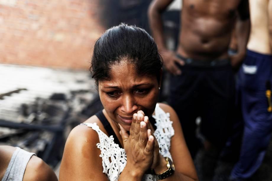 Mulher chora enquanto moradores tentam apagar incêndio que atingiu a comunidade de Paraisópolis, em São Paulo (SP) - 01/03/2017