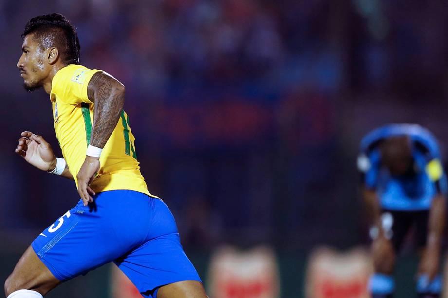 Paulinho comemora após marcar gol sobre o Uruguai, pelas eliminatórias da Copa da Rússia de 2018, no Estádio Centenário em Montevidéu