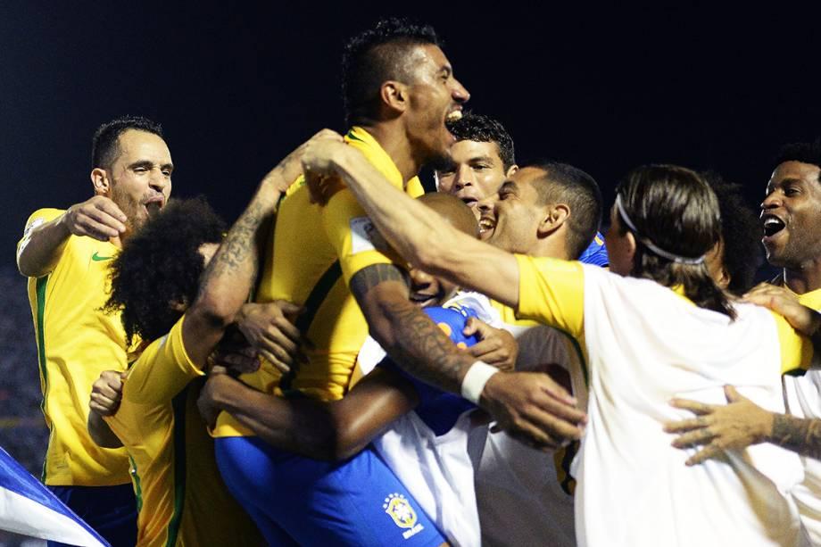 Jogadores do Brasil comemoram após Paulinho marcar seu segundo gol sobre o Uruguai, pelas eliminatórias da Copa da Rússia de 2018, no no Estádio Centenário em Montevidéu