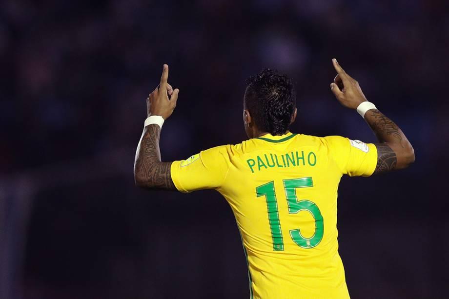 Paulinho comemora após marcar seu segundo gol sobre o Uruguai, pelas eliminatórias da Copa da Rússia de 2018, no Estádio Centenário em Montevidéu