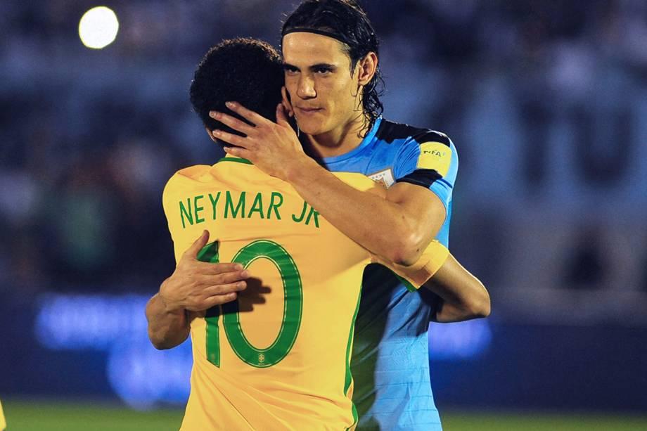 Neymar cumprimenta o uruguaio Cavani, antes do início da partida, em Montevidéu