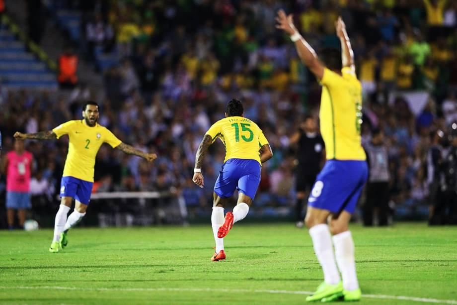 Paulinho comemora após marcar gol sobre o Uruguai, pelas eliminatórias da Copa da Rússia de 2018, no no Estádio Centenário em Montevidéu