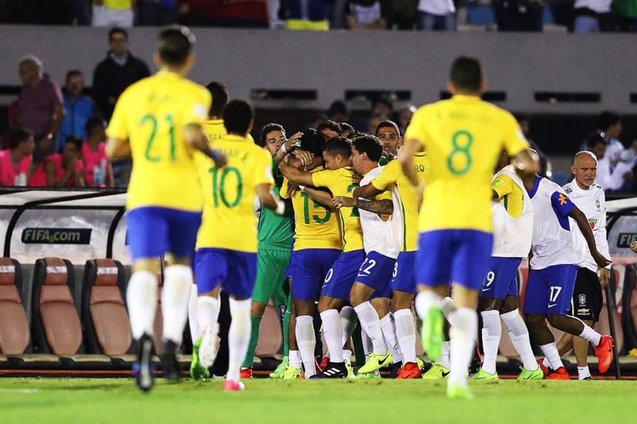 Jogadores do Brasil comemoram após Paulinho marcar gol sobre o Uruguai, pelas eliminatórias da Copa da Rússia de 2018, no no Estádio Centenário em Montevidéu