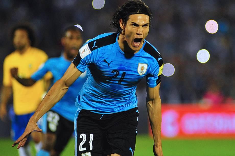 Edinson Cavani, do Uruguai, comemora gol sobre o Brasil, pelas eliminatórias da Copa da Rússia de 2018, no Estádio Centenário em Montevidéu