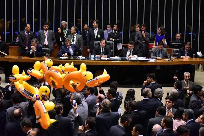 Deputados da oposição com patos infláveis em protesto contra projeto de terceirização, no plenário da Câmara dos Deputados, em Brasília
