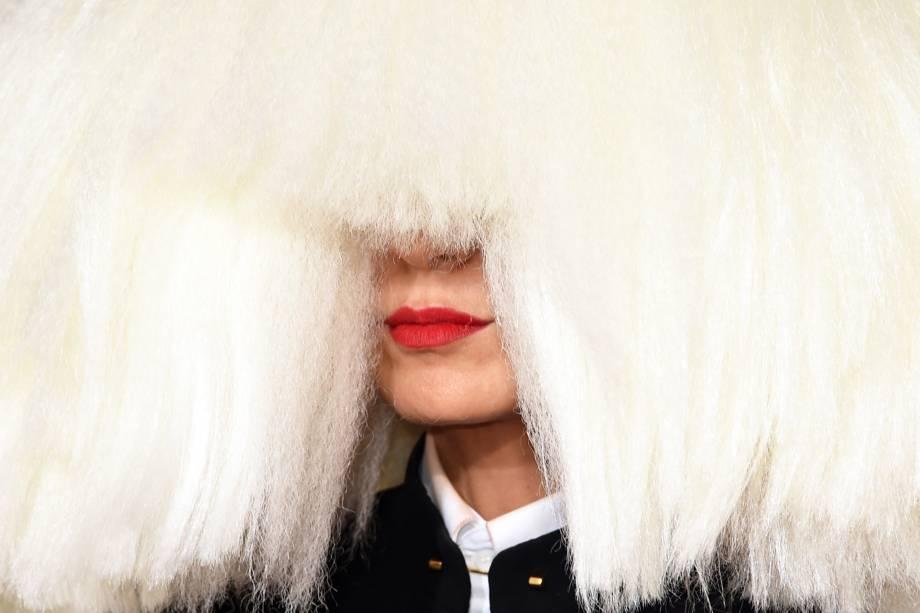 A cantora Sia durante a cerimônia do Grammy em 2015