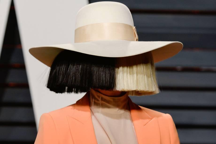A cantora Sia durante a festa da Vanity Fair pós-Oscar em 2017 em Hollywood