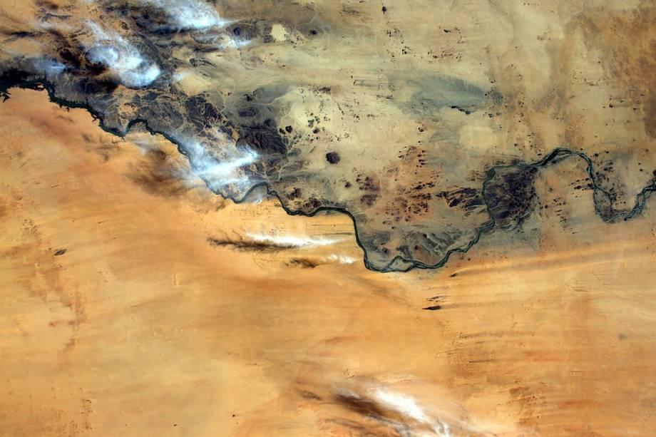 """""""Esse rio no Sudão parece separar terra e areia como uma fronteira"""", diz Pasquet ao divulgar a foto no Twitter"""