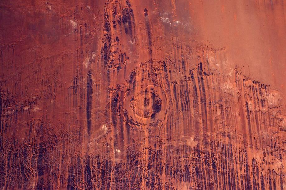 """Imagem que mostra a erosão provocada pelo vento no Deserto do Saara, localizado no continente africano. """"É como se a tinta tivesse escorrido por mais de dez quilômetros"""", descreve Pasquet"""
