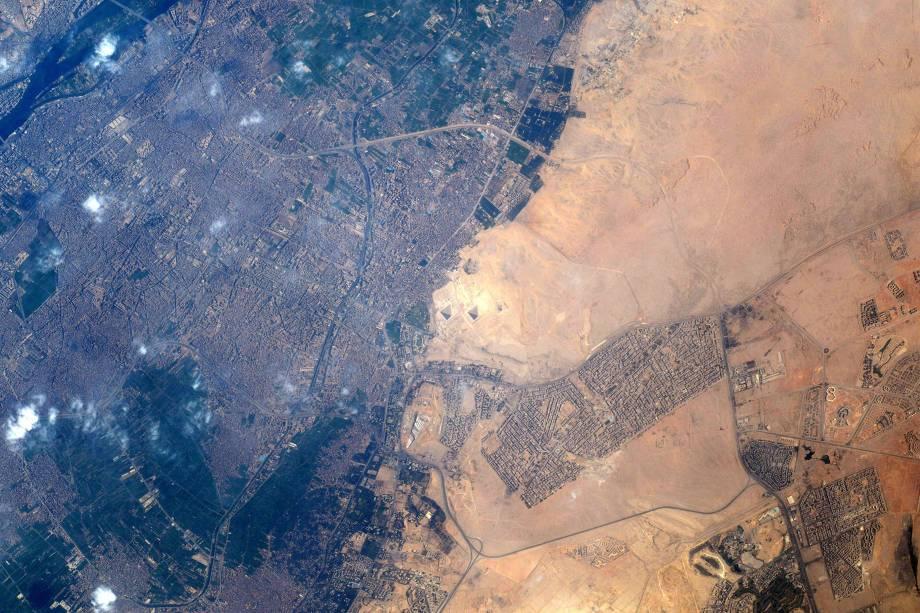 """<span>""""Finalmente!"""", escreve o astronauta ao divulgar esta imagem das pirâmides do Egito em sua conta no Twitter. """"Alguém tem algum outro desafio?""""</span>"""