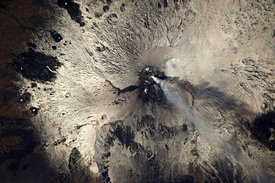 """Vulcão Etna, localizado na Sicília, ilha italiana, durante uma erupção. """"Não é a melhor hora para pegar aquela estrada em zigue-zague que pode ser vista à esquerda"""", brinca o astronauta"""