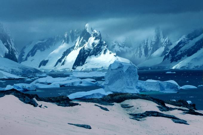 Águas congeladas na península Antártica