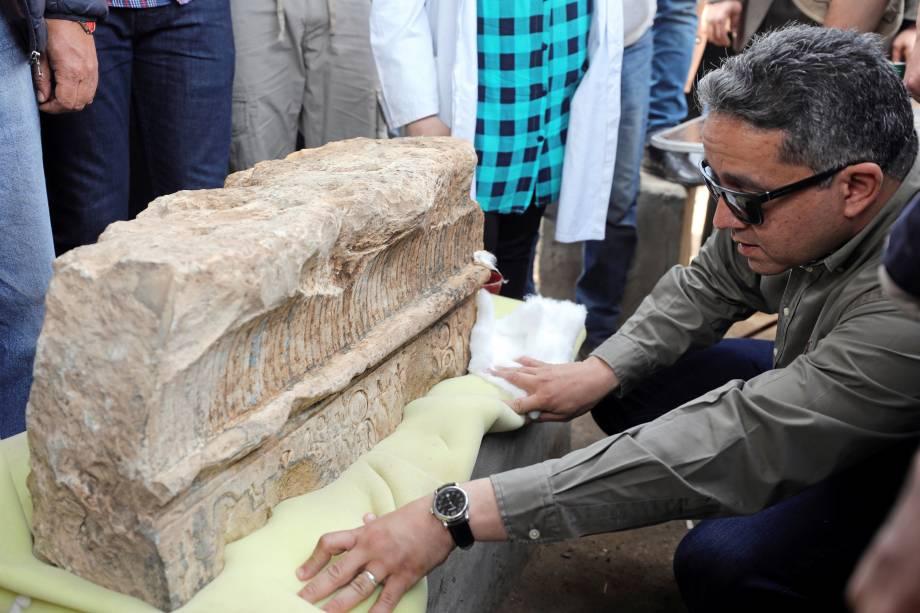 Ministro das Antiguidades egípcio, Khaled al-Anani, inspeciona uma estátua do faraó Ramsés II descoberta em uma favela em Matariya, no Cairo - 09/03/2017