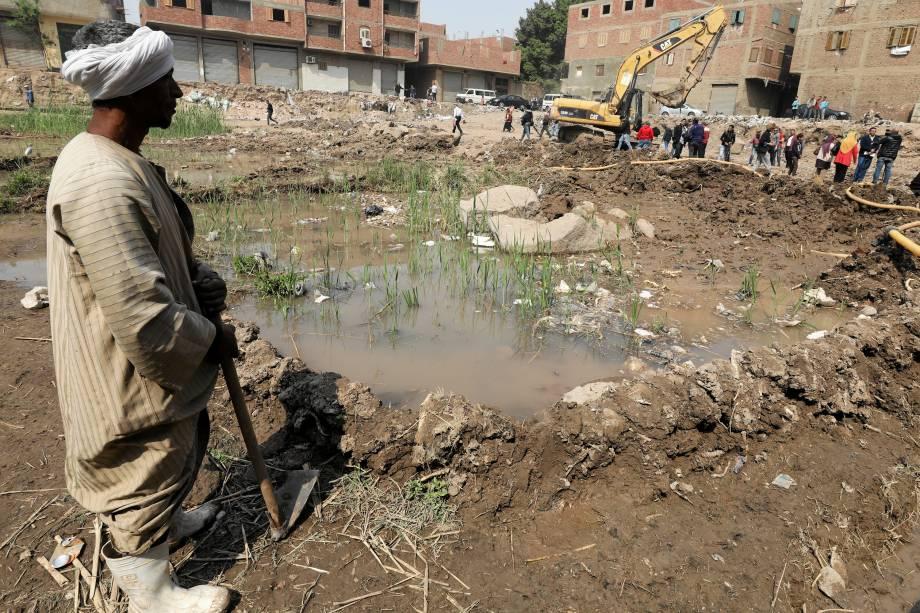Homem trabalha em um favela na região de Matariya, no Cairo onde foi encontrada uma estátua do faraó Ramsés II que governou o Egito há mais de 3000 anos - 09/03/2017