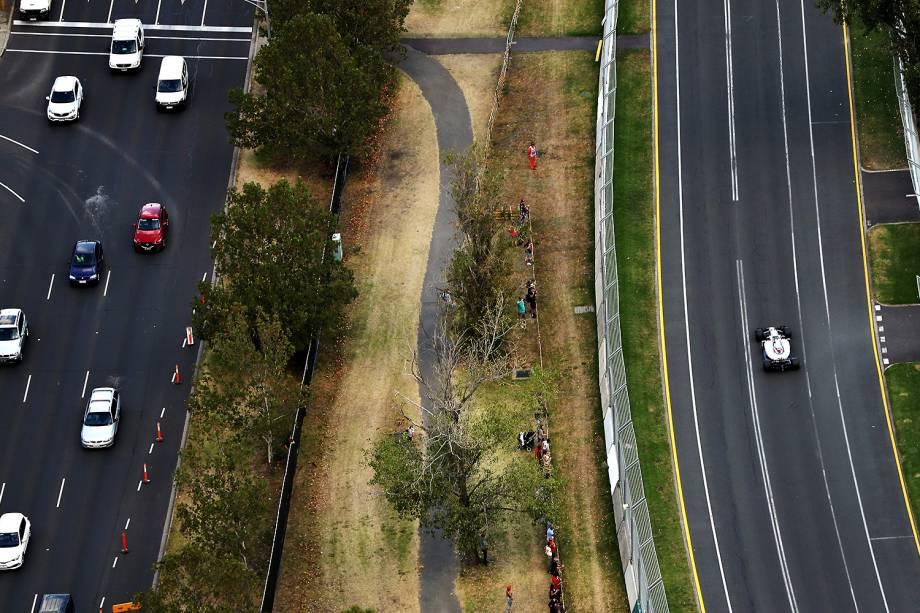 Em visão aérea, a pista do Albert Park, onde ocorrerá a Fórmula 1 amanhã, se mostra bem próxima das vias urbanas de Melbourne - 25/03/2017