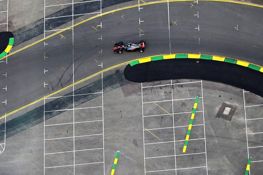 O francês Romain Grosjean, que corre pela Haas, na pista do Albert Park no último treino antes do Grand Prix da F1 amanhã. Ele ficará em 6º no grid de largada