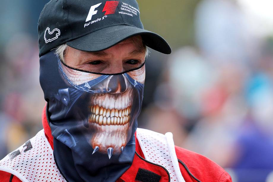Um dos colaboradores da Fórmula 1 usa máscara de caveira e lentes de contato pretas durante o último treino do Grand Prix, que acontece em Melbourne amanhã - 25/03/2017
